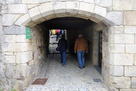 Linhares, Portugal: Arco de acesso à rua