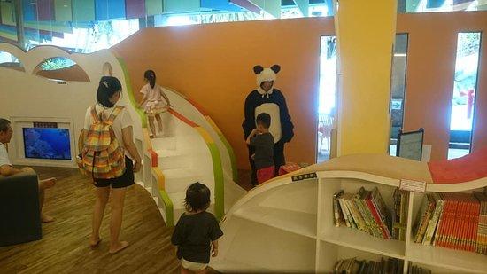 Yoho Beach Resort: 遊戲區-有專門人員看顧(扮熊的那位)