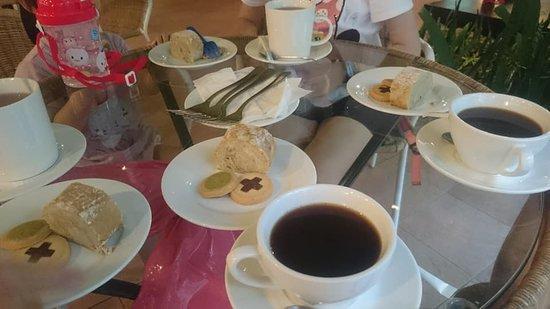 Yoho Beach Resort: 贈送的下午茶-香蕉蛋糕和餅乾兩塊及飲品