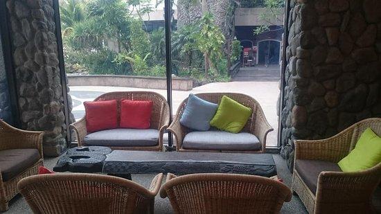 Yoho Beach Resort: 大廳旁的休息區