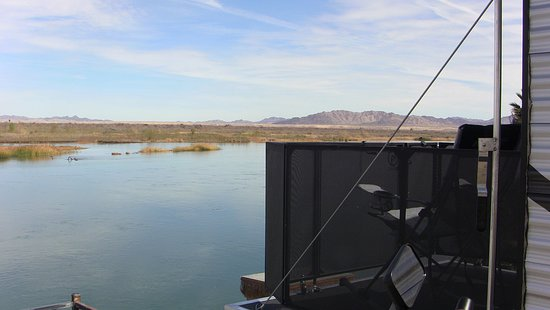 Blythe, Californië: My back ramp makes a nice deck over the river on the river lots.