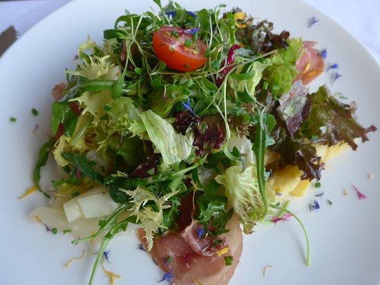 Restaurant Terrace: Salat mit Spargeln und Rohschinken