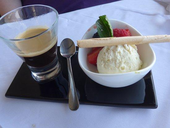 Restaurant Terrace: kleine Nachspeise mit Kaffee