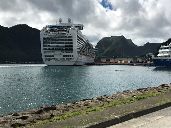 Tour American Samoa: Docked in town