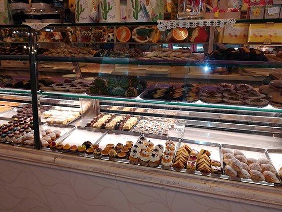 Bonazzi: un parziale del banco pasticceria