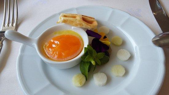 Le Clos du Vigneron: Caviar perlita (caché sous la fleur) jaune d'oeuf basse température et perles de fenouil