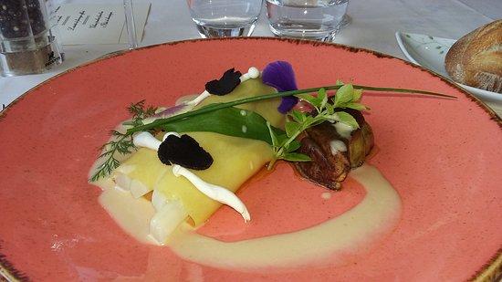 Le Clos du Vigneron: raviole ouverte truffe - foie gras poêlé - asperges et ail des ours