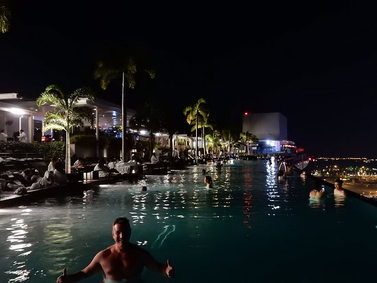 AWESOME MARINA BAY SANDS HOTEL, INFINITY POOL, AS SEEN IN MAY 2018.