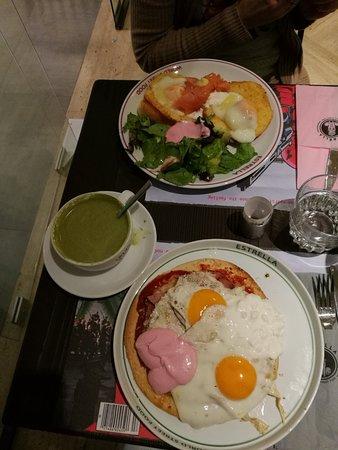Estrella: πανω πιατο με σολωμο, αριστερα ροφημα και κατω πιατο πιτσα με αυγα