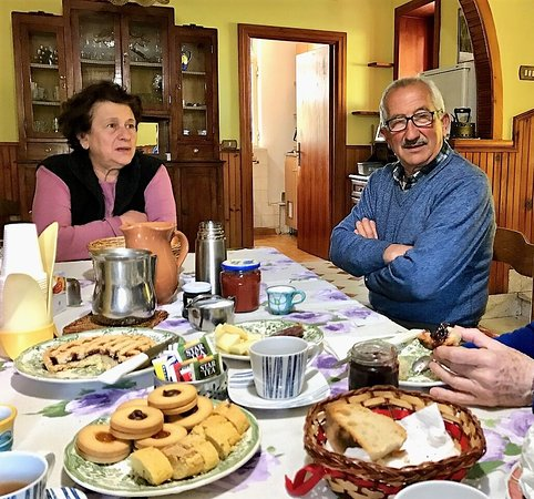 Sala Consilina, Italie : Maria and Michele Rosciano at the breakfast table