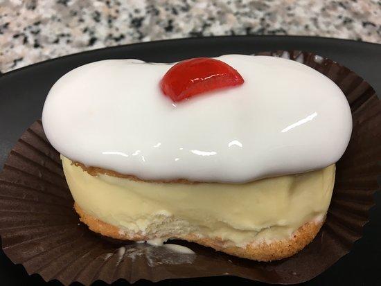 Pasticceria-Gelateria Pisciuneri Francesco: Pasta tradizionale versione gelato alla crema, copertura morbida e ciliegina candita...