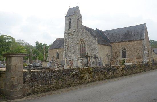Jugon-les-Lacs, France: la chiesa da fuori