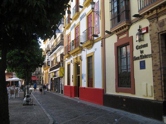 Hotel Sevilla: Calle Daoiz y fachada del hotel