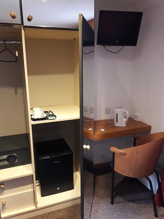 Pasha Hotel: Storage facilities, TV, safe & kettle in room