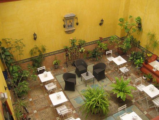 Hotel Sevilla: Patio interior visto desde habitación