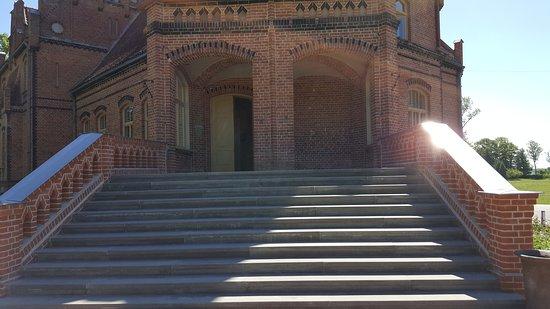 Jaunmoku Pils: The mansion entrance