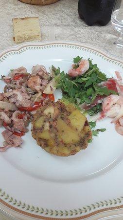 Davoli, Italia: Antipasti: tortino di polpo, totano con asparagi freschi in salsa di soia, gambero cotto al vapo
