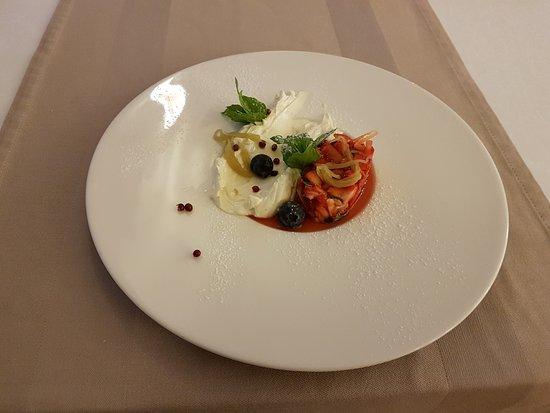 Ada restaurant : Strawberry tartare, vanilla mascarpone, rhubarb, balsamico