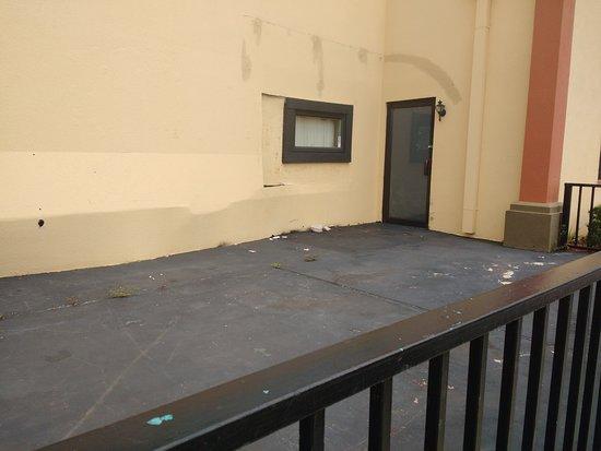 Roomba Inn & Suites Orlando: Área externa abandonada, exceto na recepção, que camufla a precariedade no início do registro