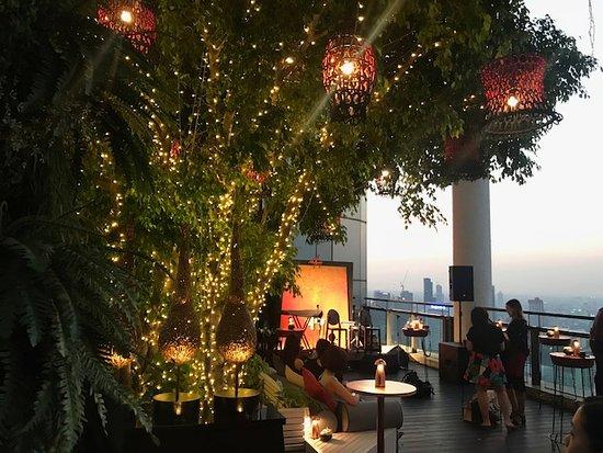โรงแรมบันยันทรี กรุงเทพ: Saffron Sky Garden. Open bar and dinning area