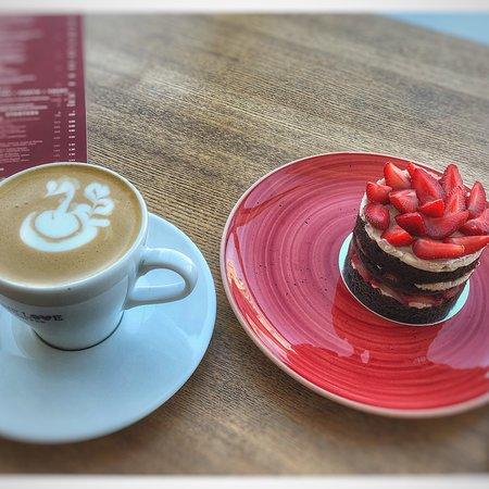 ONE LOVE coffee: Очень люблю это кафе  Цены чуть выше среднего , но качество кофе и десертов тут на высшем уровне