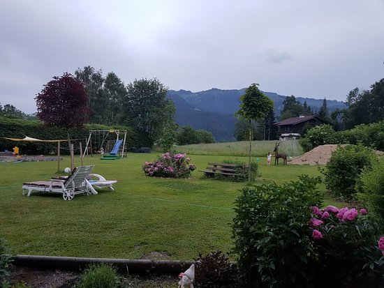 Reith bei Seefeld, Austria: Blick von der Gemeinschaftsterrasse auf den Garten und den Hahnenkamm