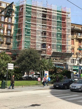 Hotel Continental: Couldn't see a thing for Nettie g, scaffolding and peering workmen sitting on the scaffolding an