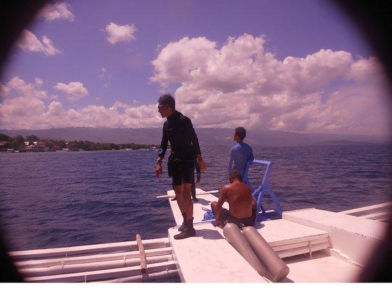The Blue Abyss Dive Shop: Jun et Grégory à l'avant du bateau après la plongée