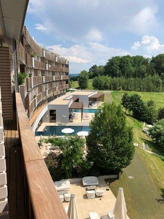 Stegersbach, Avusturya: vista de la terraza de la habitación al sector piscinas