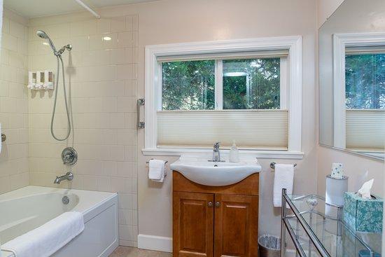 Fish Camp, CA: Mariposa Bathroom 1