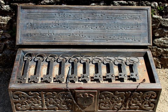 Raglan Castle: musical box to play with