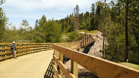 Parc de la Rivière du Moulin: Plateforme piétonnière en arrivant au pont