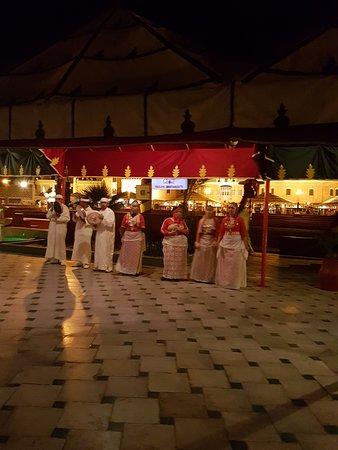 Restaurant Chez Ali: Groupe folkloriques avant le dîner.