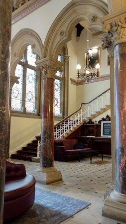 Mercure Warwickshire Walton Hall Hotel and Spa: Entrance hall
