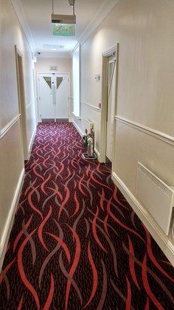 Mercure Warwickshire Walton Hall Hotel and Spa: Corridor