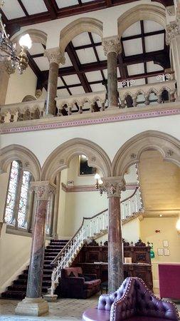 Wellesbourne Hastings, UK: Pink marble columns in hall entrance