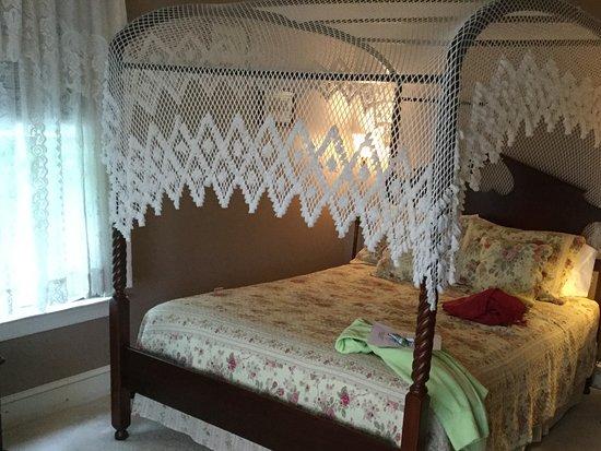 Tuckerton, NJ: Four poster bed,