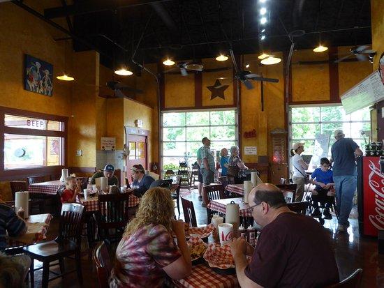 Danna's Barbeque & Burger Shop: Interior
