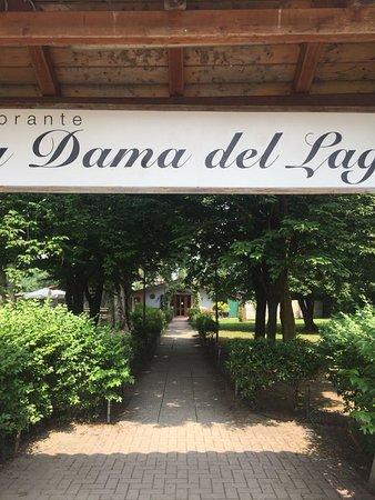Gudo Gambaredo, Italy: Bella location: in mezzo al verde sulle sponde di un laghetto