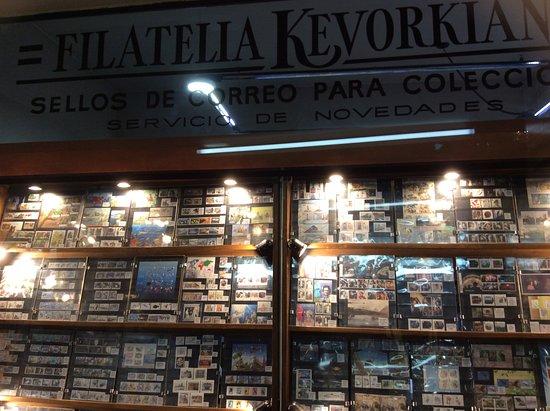 Galeria de Filatelia : Large selection of philatelic items in shop window