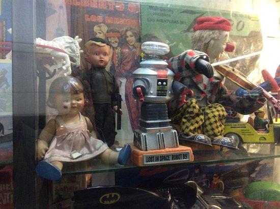 Galeria de Filatelia : Vintage curiosities in philatelic shop window