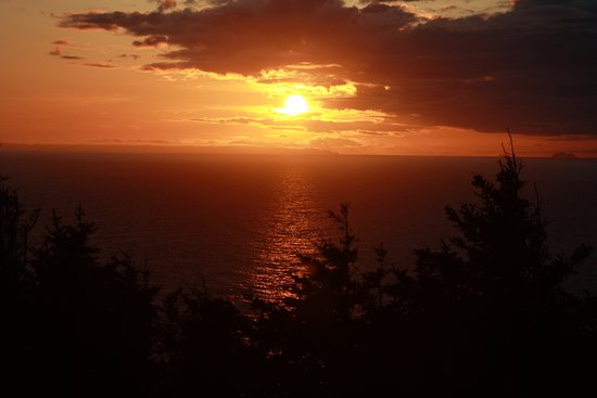 Lightkeeper's Fudgery & Gift Shop: Another view of the sunset from the lookout