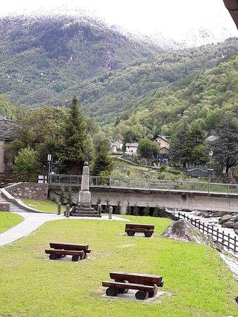 Lillianes, Itália: Il panorama che si ammira dalle finestre dell' ostello