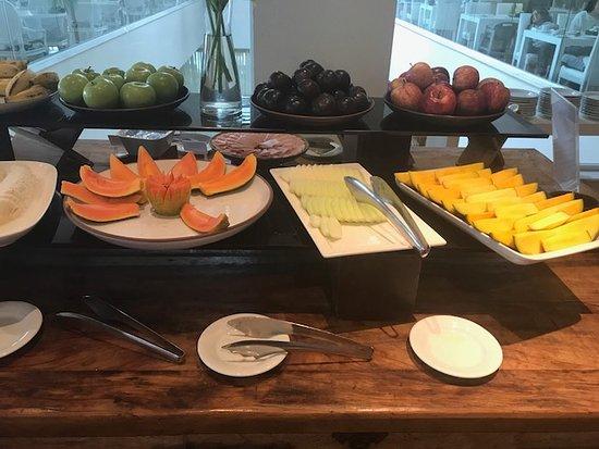 Sofitel Guarujá Jequitimar: Fresh fruits breakfast
