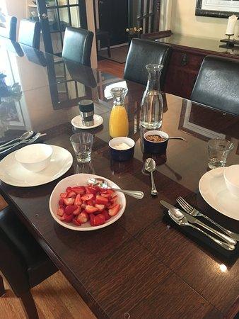 Avery House B&B: Fresh strawberries, granola, yogurt