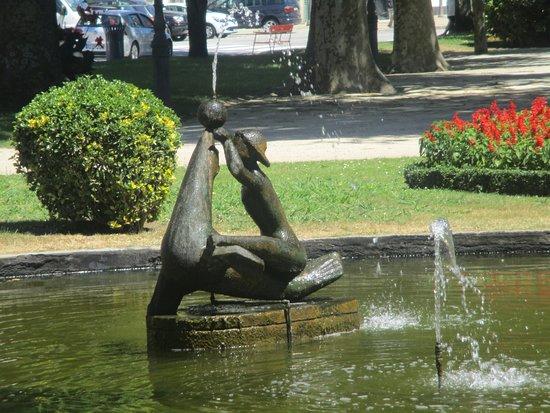 Jardim do Passeio Alegre : escultura que representa A Menina e a foca