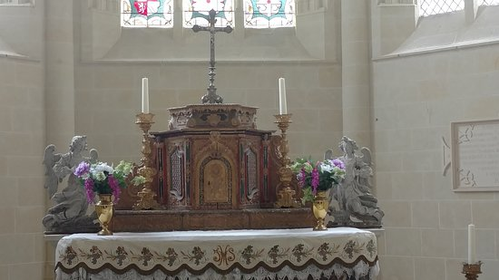 Rigny-Usse, France: altar in chapel