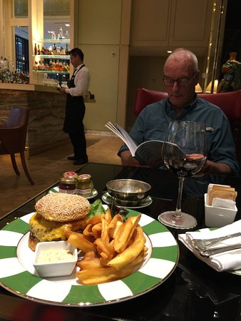 Alvear Icon Hotel: Nice burger at the bar!