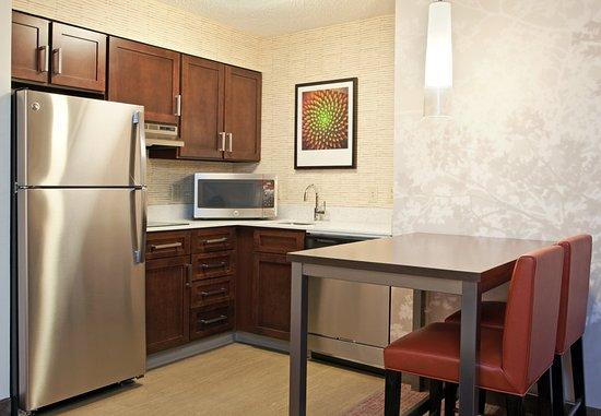 Residence Inn Pittsburgh Airport Coraopolis: Guest room