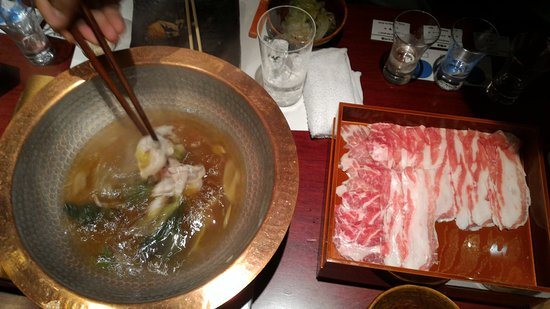 Tavern with private dens Banya Akasaka: Cooking the meat